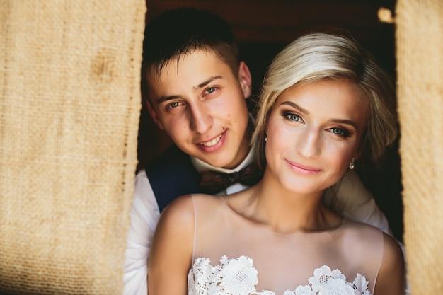 Beau couple de mariage dans l'embrasure de la porte