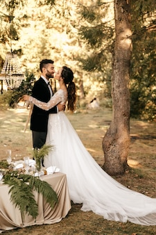 Beau couple de mariage dans la forêt. mariage pour deux. décor rustique.