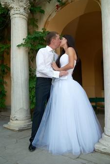 Beau couple de mariage embrassant la mariée et le marié