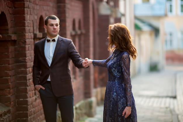 Beau couple de mariage marchant le jour de leur mariage