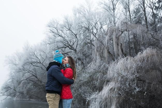 Beau couple de mariage marche sur le champ vert