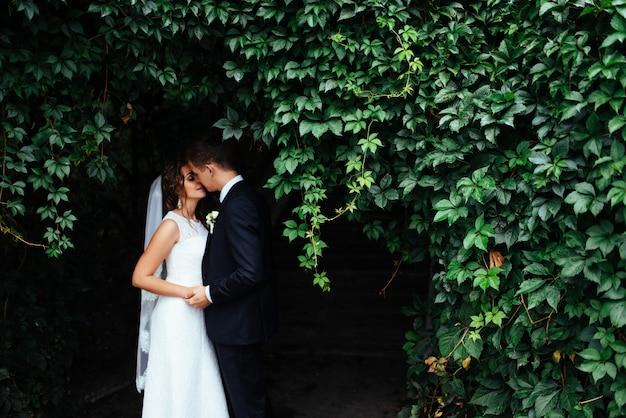 Beau couple de mariage s'embrasser, blonde mariée avec une fleur