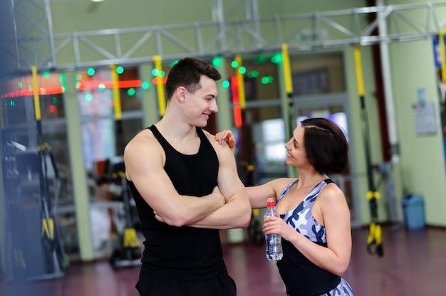 Beau couple marié dans la salle de gym.