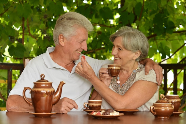 Beau couple mature buvant du thé en été à l'extérieur
