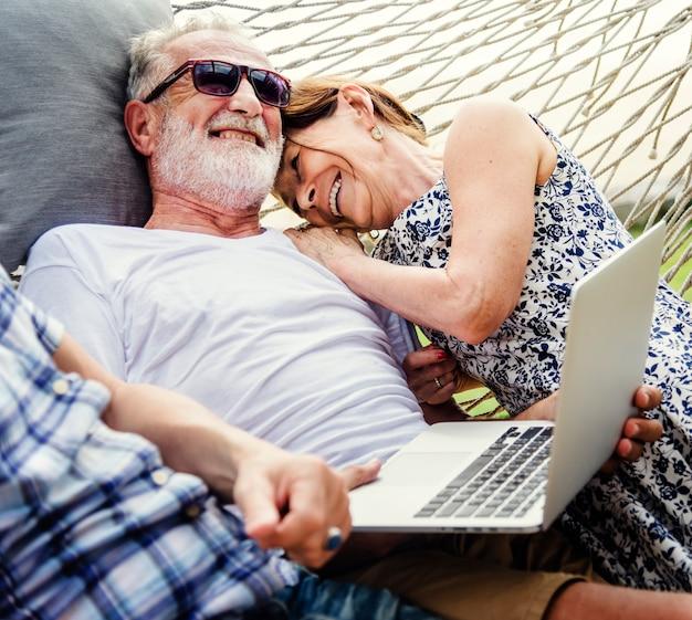 Beau couple mature en vacances romantiques