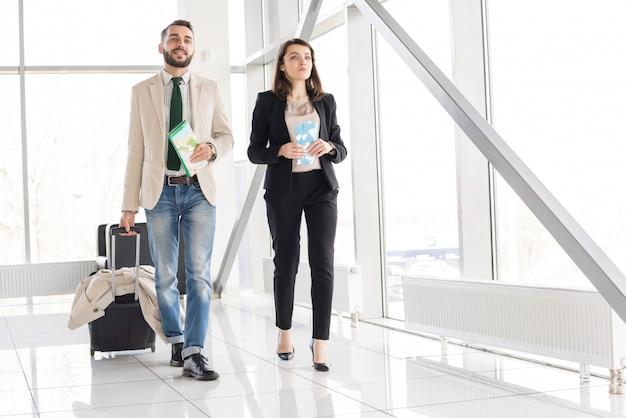 Beau couple moderne à l'aéroport