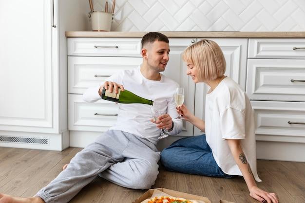 Beau couple passant du temps de qualité ensemble à la maison