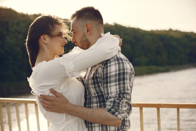 Beau couple passe du temps au bord de l'eau