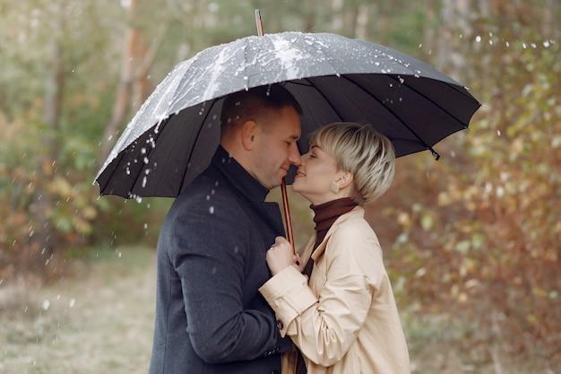 Beau couple passe du temps sur un champ d'automne