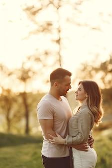 Beau couple passe du temps sur un champ d'été
