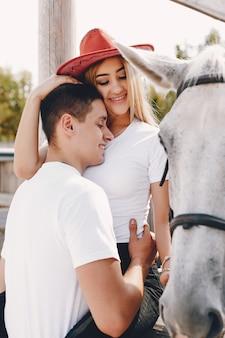 Beau couple passe du temps avec un cheval