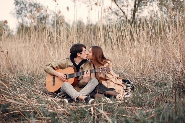 Beau couple passe du temps dans un champ d'automne