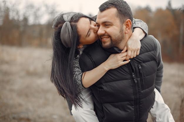 Beau couple passe du temps dans un champ de printemps