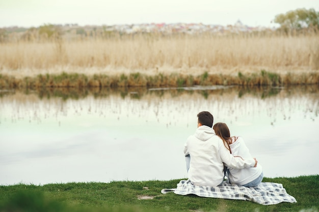 Beau couple passe du temps dans une forêt au printemps