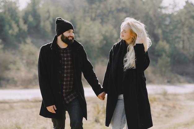 Beau couple passe du temps dans une forêt