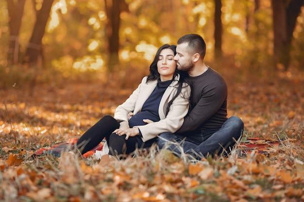 Beau couple passe du temps dans un parc en automne