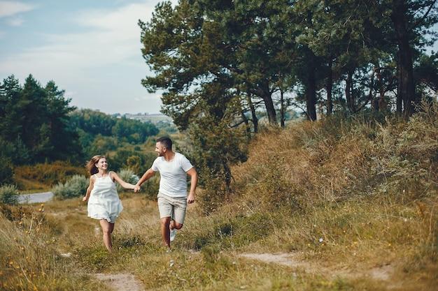 Beau couple passe du temps dans un parc d'été