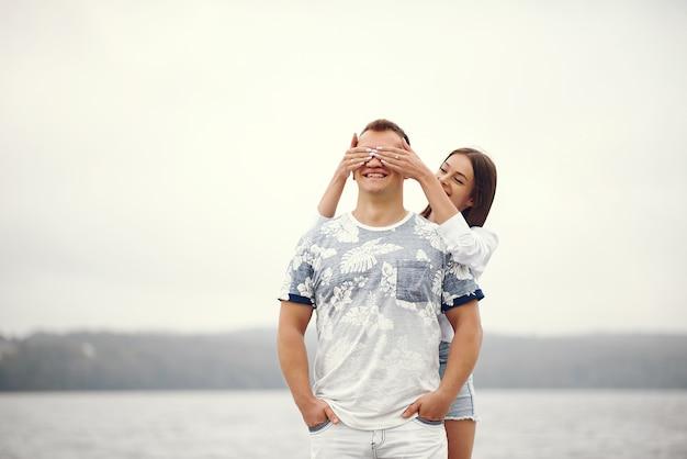 Beau couple passe du temps dans un parc nuageux automne