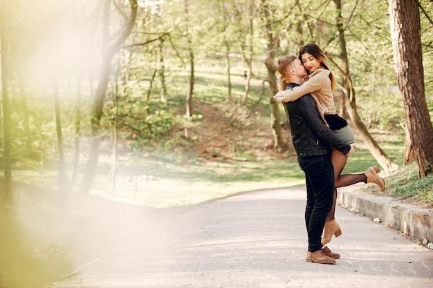 Beau couple passe du temps dans un parc de printemps