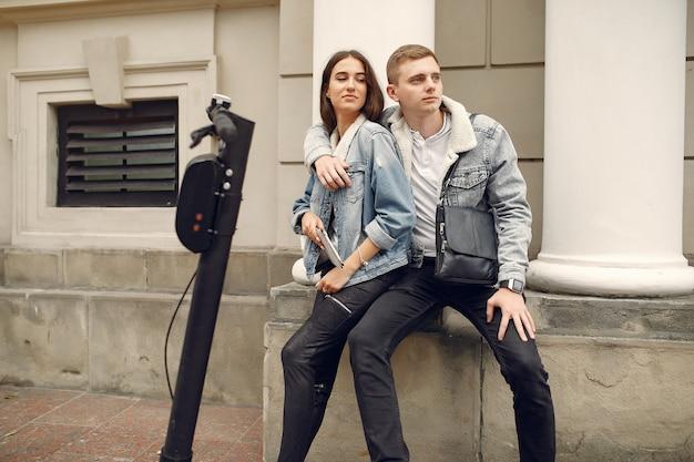 Beau couple passe du temps dans la rue