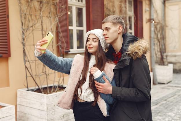 Beau couple passe du temps dans une ville d'automne