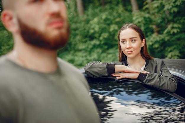Beau couple passe du temps sur une forêt d'été