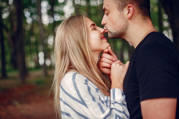 Beau couple passe du temps sur une forêt