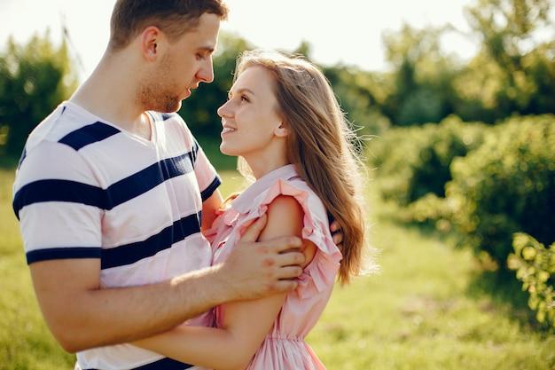 Beau couple passe du temps sur un terrain d'été