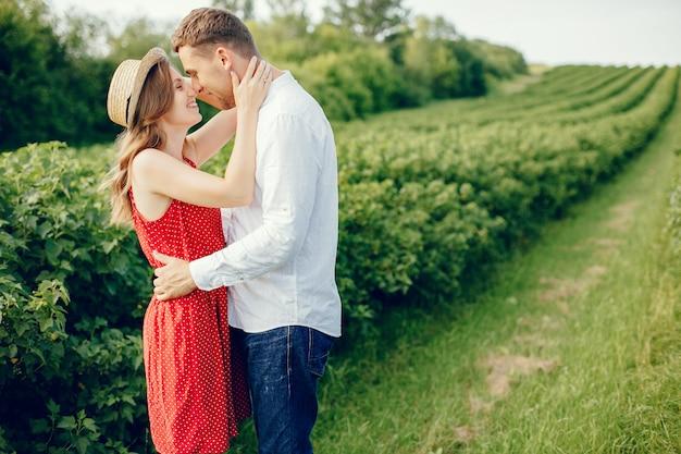 Beau couple passe du temps sur un terrain