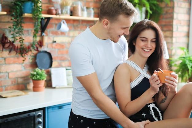 Beau couple passer du temps ensemble à la maison