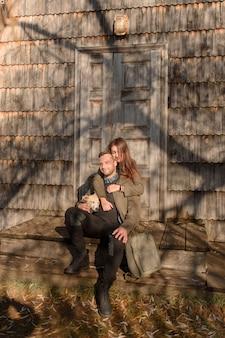 Beau couple, passer la journée d'automne à l'extérieur avec leur chien