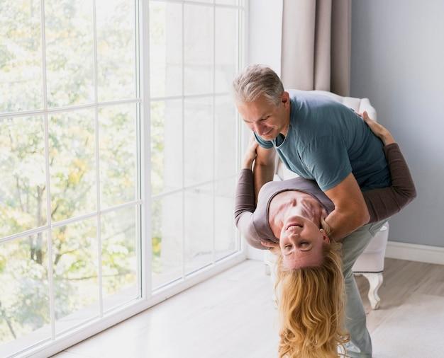 Beau couple de personnes âgées dansant ensemble