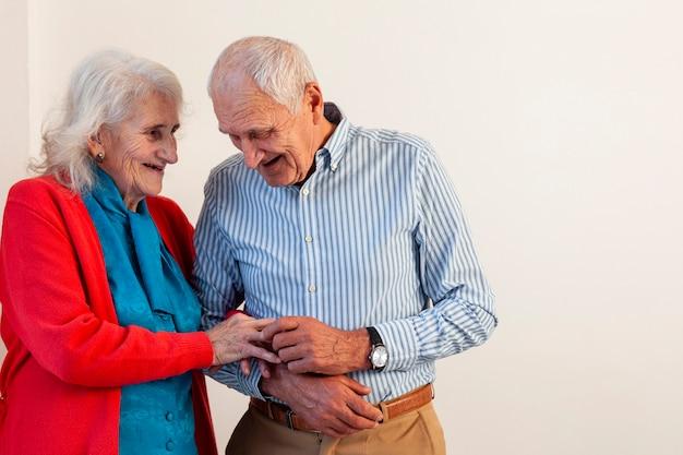 Beau couple de personnes âgées ensemble