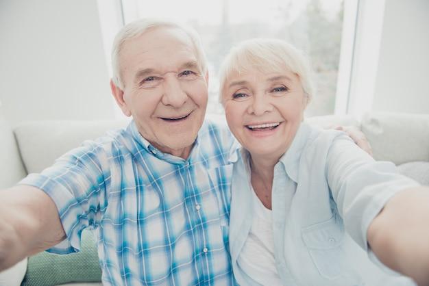 Beau couple de personnes âgées à la maison