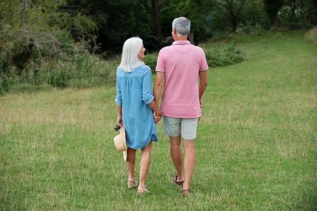 Beau couple de personnes âgées passant du temps de qualité ensemble