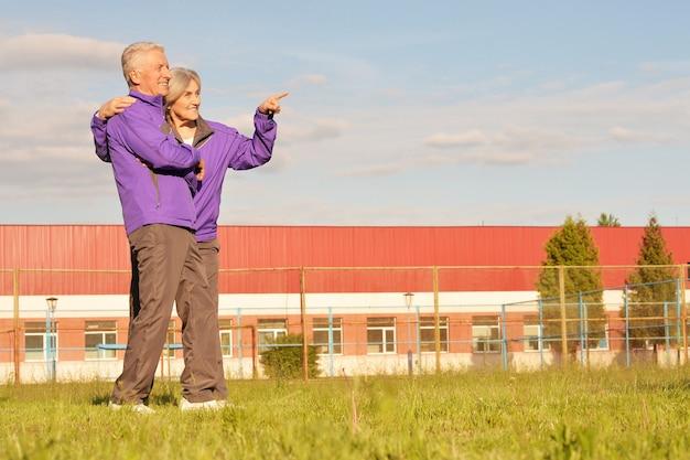 Beau couple de personnes âgées en plein air, femme montrant quelque chose