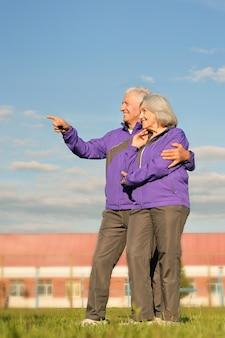 Beau couple de personnes âgées en plein air,homme pointant sur quelque chose