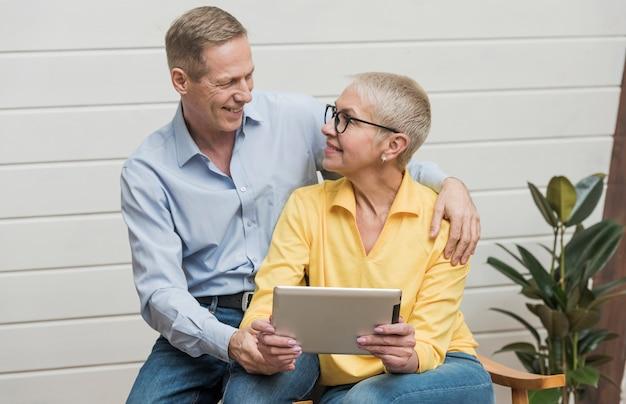 Beau couple de personnes âgées se regardant
