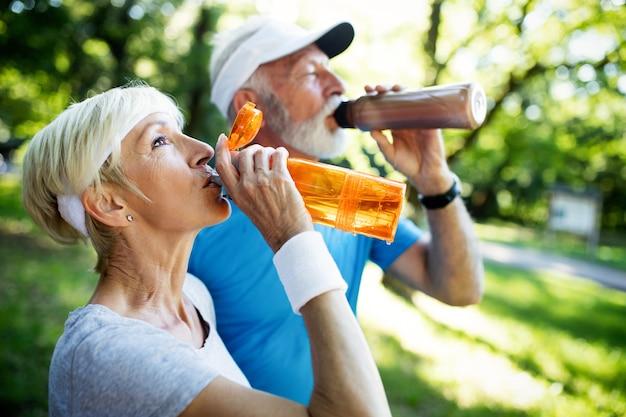 Beau couple de personnes âgées sportif restant en forme avec la course et le jogging