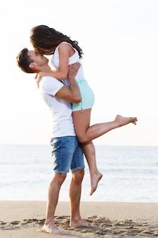 Beau couple sur la plage