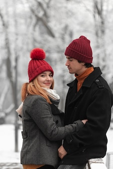 Beau couple portant des chapeaux rouges drôles