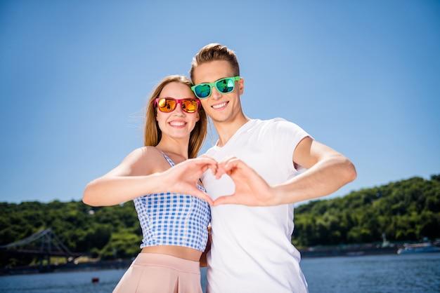 Beau couple posant ensemble à la plage