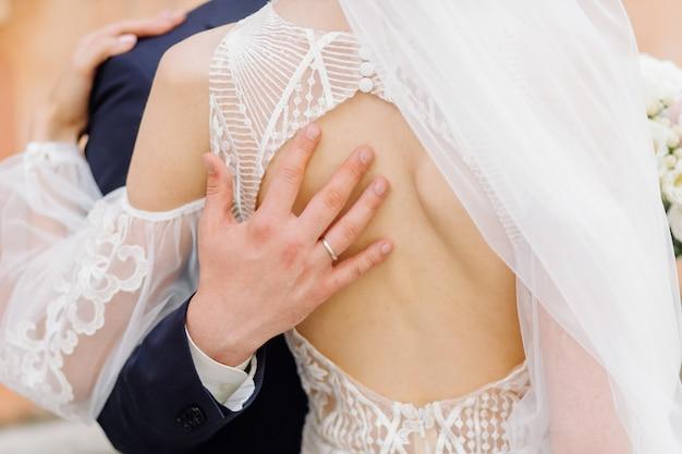 Beau couple posant le jour de leur mariage