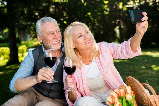 Beau couple prenant un selfie plan moyen