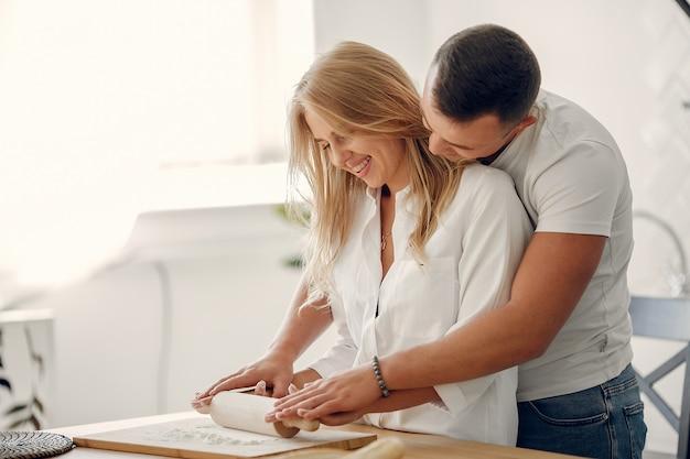 Beau couple prépare des plats dans une cuisine