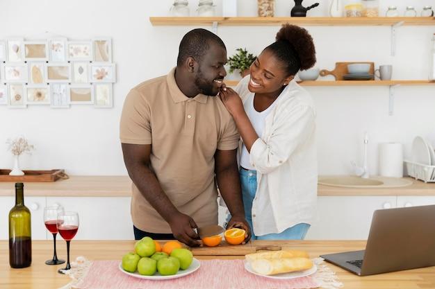 Beau couple profitant de leur temps ensemble