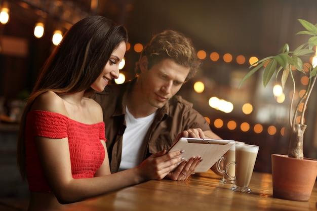 Beau couple à un rendez-vous au café