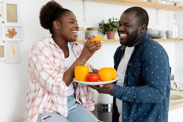 Beau couple restant ensemble dans la cuisine