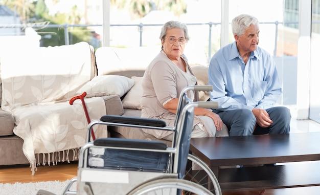 Beau couple de retraités parlant sur le canapé
