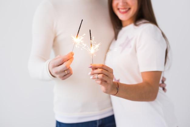 Beau couple romantique ayant rendez-vous à la saint-valentin. gros plan, de, homme femme, tenue